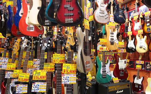 所狭しとギターやベースを数多く展示!